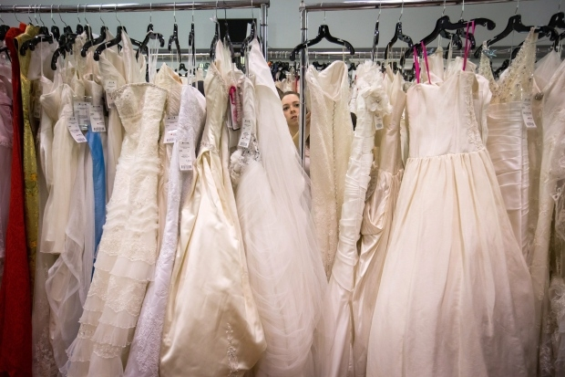 tips for selling or buying a used wedding dress online Reused Wedding Dresses